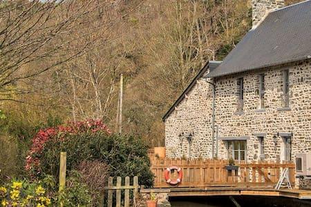 """""""Mon Jardin est une Île""""/où?  Suisse Normande (14) - Pont-d'Ouilly - บ้าน"""