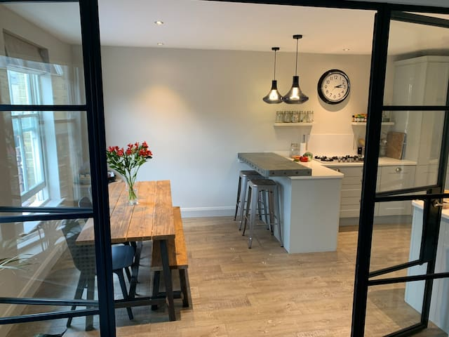 Beautiful private room in the heart of Hackney!