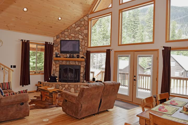 Hayes Den - Upper Valley - Hot Tub - WiFi - Washer/Dryer - Wood Burning Fireplace - Two Living Rooms - Large Deck - Beautiful Views