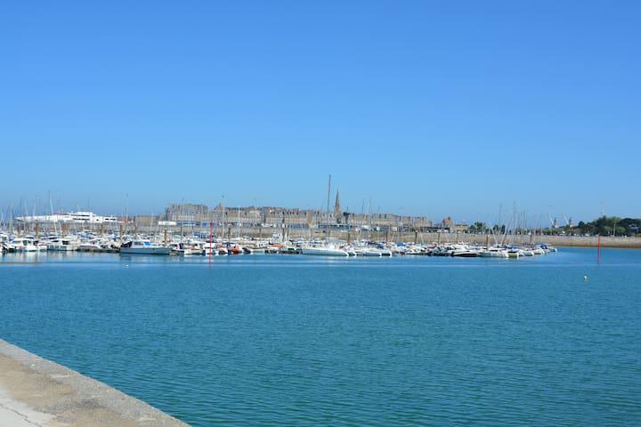 Saint-Malo intra-muros depuis le port des Bas-Sablons