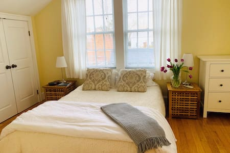 Romantic Courtyard Pied-a-Terre in the Point