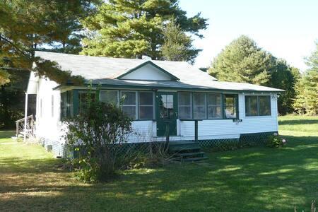 Champlain Cottage - quiet lakeside retreat
