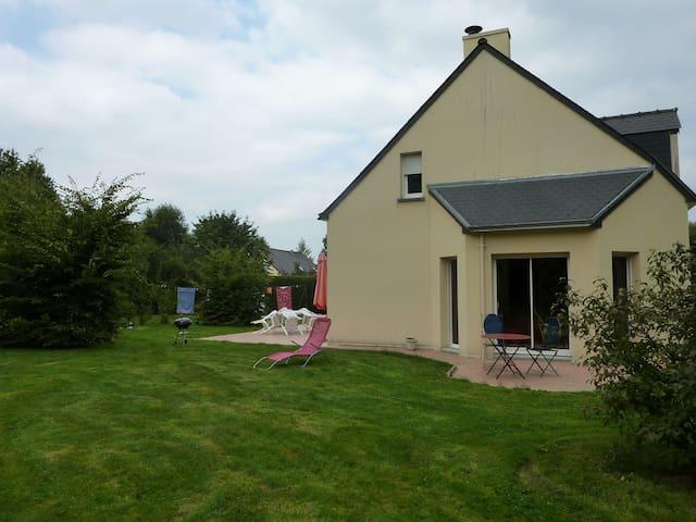 Maison familiale 4 à 8 personnes - Lanhélin - Casa