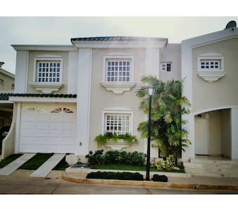 Exclusiva Casa en Villa, ubicacion y seguridad! - Maracaibo - Villa