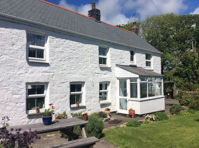 Cornish cottage with sunny gardens close to beach - Goonhavern