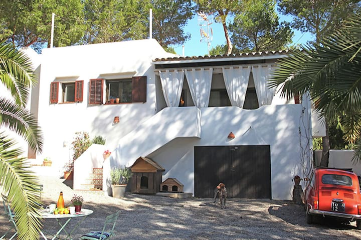 Nice stay in Cala Lenya at 6 min. Walking distance to the beach