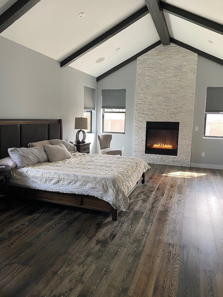 Sylmar Zen Private Room w/Cozy Fireplace, King Bed