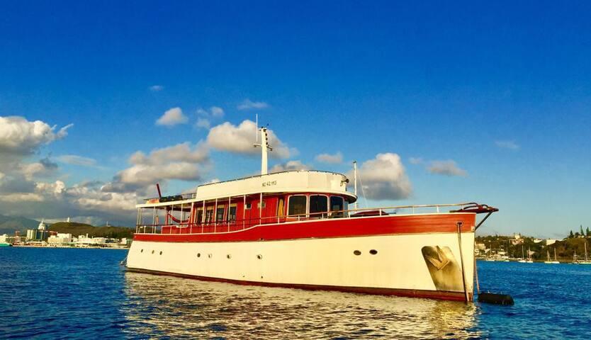 Cabine propriétaire à bord d'un yacht classique