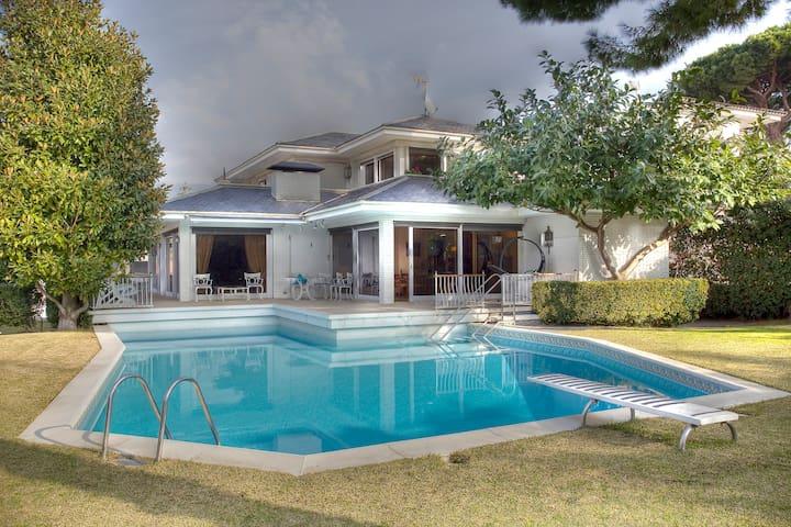 soleado apartamento con piscina