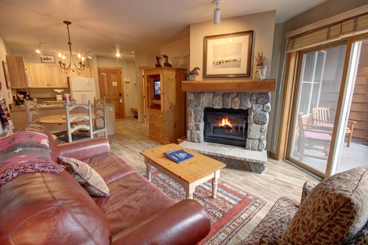 Buffalo Lodge 8320 by SummitCove great views, free parking, nice hot tub!
