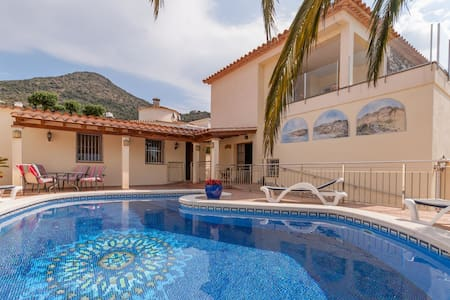 Spacious Villa in Roses with Swimming Pool