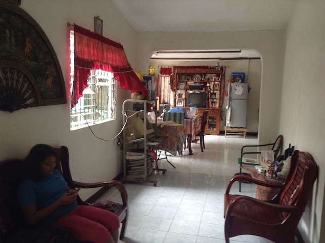 Airy home in a serene neighborhood - Bacolod City - Hus