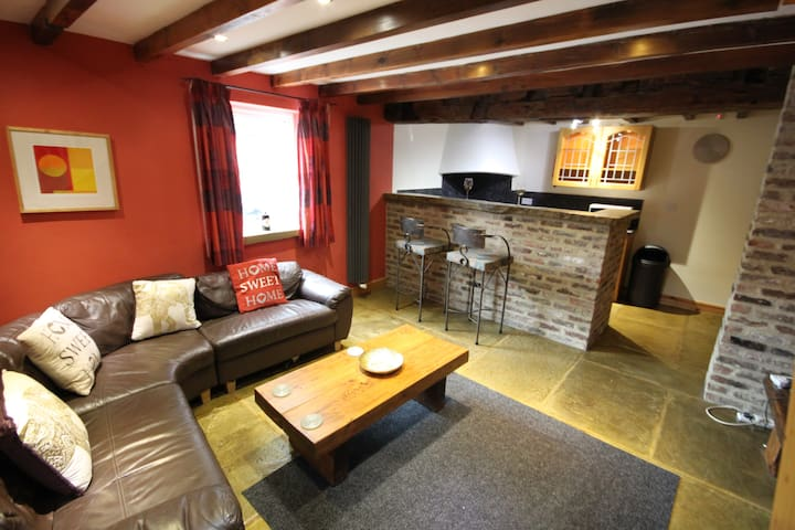 The Coach House,  Rustic yet modern, Parking &Wifi
