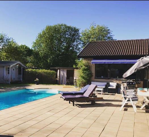 Stort hus med pool och trädgård nära Stockholm