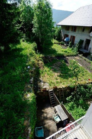 La terrasse et le jardin potager.