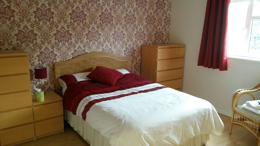 Large modern, quiet, double room in central Yeovil - Yeovil - House