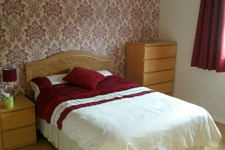 Large modern, quiet, double room in central Yeovil - Yeovil