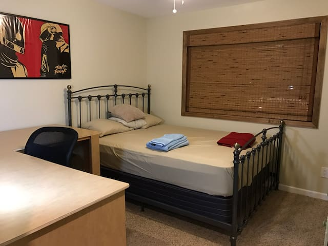 Second floor Private Room near NYC & beach - Sayreville