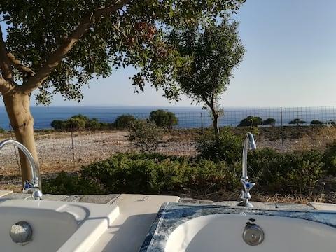Κάντε μπάνιο στη φύση με θέα στη θάλασσα