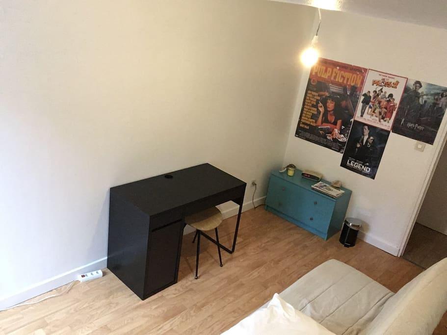 Chambre avec bureau et commode