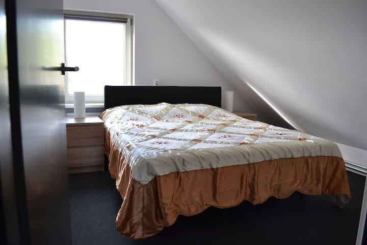 Slaapkamer en bed