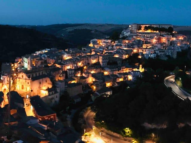 在Ragusa古城Ibla和Ragusa之间位置优越,静静沐浴阳光的房子03