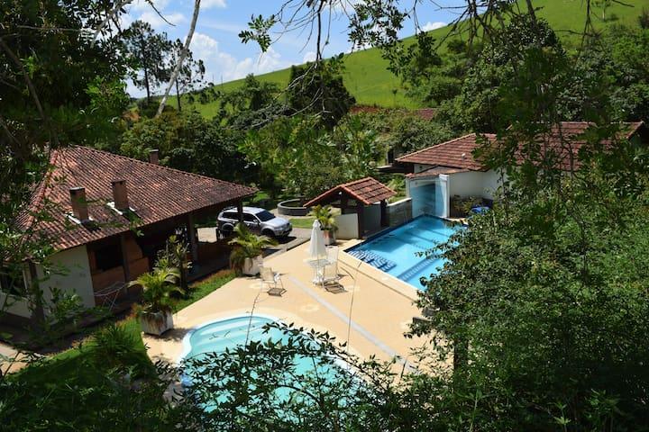Casa de campo com piscinas, lagos, spa, ofurô! - Valença - Cabaña