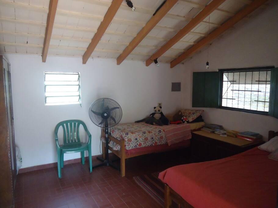 Este es el dormitorio ofrecido en este anuncio. Además de las dos camas, cuenta con un ropero y ventilador.