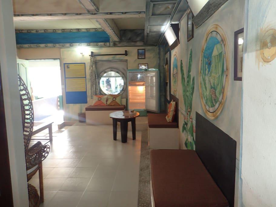 Salon et terrasse.