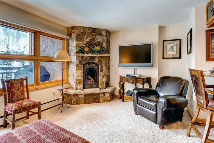 Mountain view condo in ski-in/ski-out complex, on-site pool/hot tub