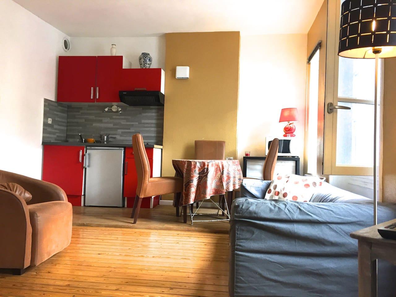 Pièce principale avec Salon, salle à manger et cuisine ouverte.