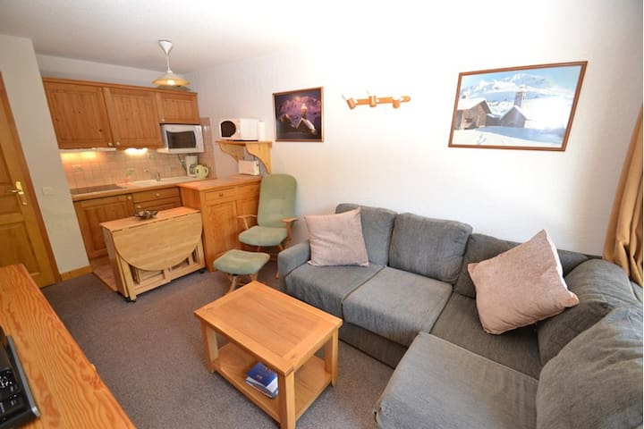 Cosy piste side apt for 4 with wifi opposite slopes & close to shops!