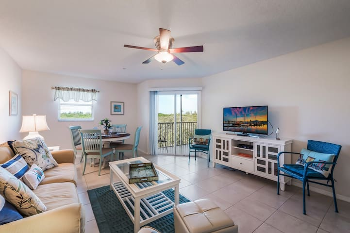 Gorgeous 2 bedroom condo, close to beach, the perfect paradise vacation spot!