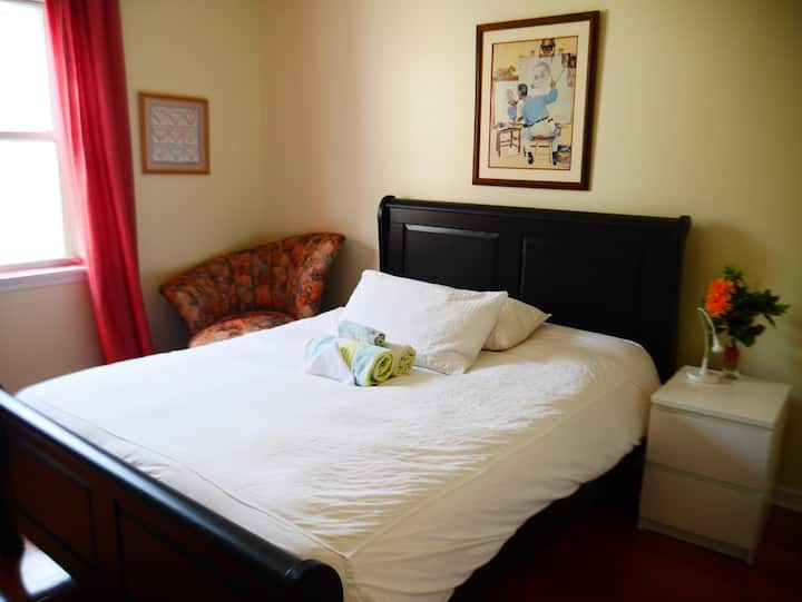 M10. Large Queen Room with Private Bathroom