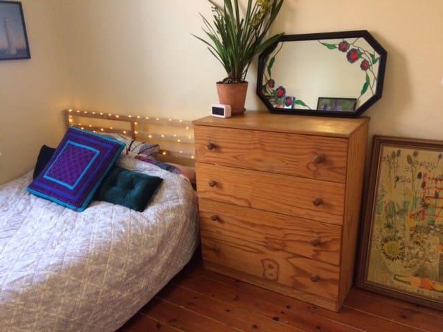 Cozy room available in quiet neighborhood