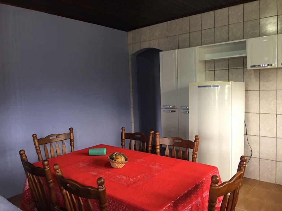 Cozinha c/ microondas para preparo de pratos rápidos