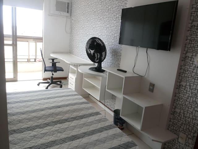 1º andar- Suite 1 - Varanda, Ar condicionado, ventilador e TV