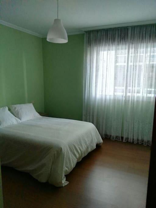 Dormitorio principal con cama de matrimonio 1,35 cm y armario empotrado con perchas.