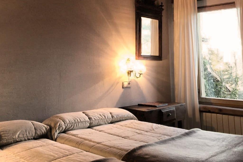 Habitación doble con baño privado y dos camas