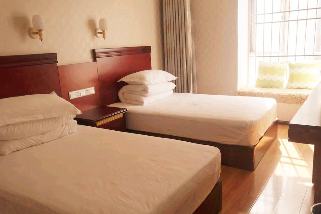 温馨双床房(蚕丝被,全纯棉四件套)露台飘窗