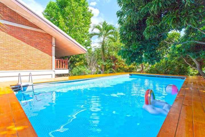 ⭐The Brown Timber Pool Villa 4BR Sleeps 10 in City