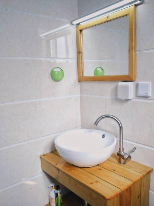 独立卫生间在每次迎接新房客前,都会进行细致的人工保洁及消毒(山月居提倡环保,不提供一次性洗漱用品,请知悉)。