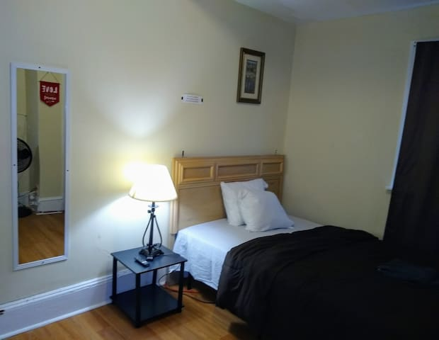 NicePrivateRoom3/University/Parking/TV/WEEKLY $175
