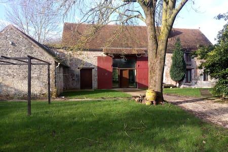 Chambre rouge dans maison ancienne - grand jardin