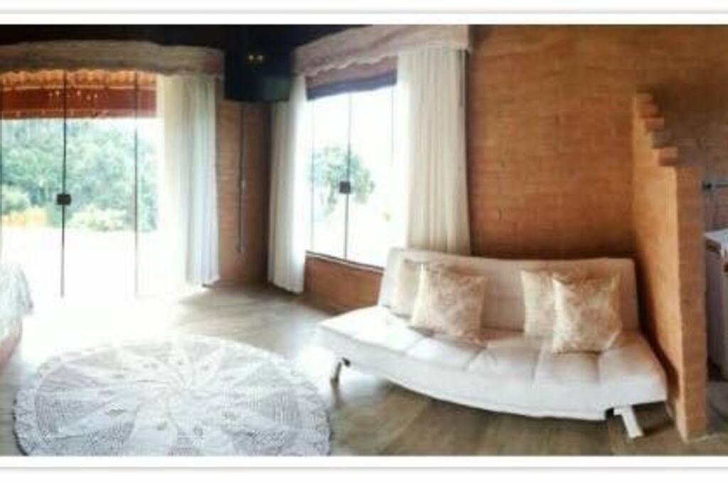 As portas de vidro do chão ao teto para que você não deixe de aproveitar as vistas lindas.