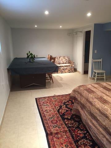 Bachelor apartment (Basement) near airport