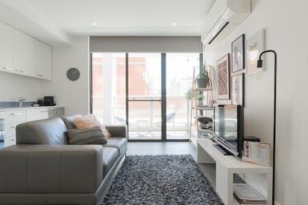 Trendy Apartment in Adelaide CBD ❤Private Balcony❤