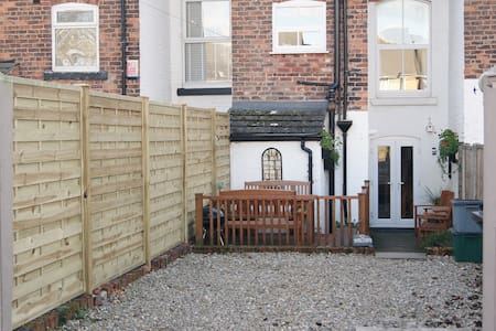 Quirky & Cosy house for 5-6, parking, centre 2km