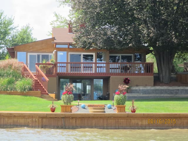 Modern Lake Fenton Executive Home...