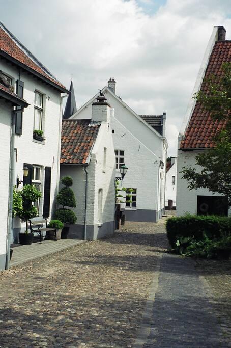 Het molenaarshuis stamt uit de 18e eeuw en was het woonhuis van de molenaar.
